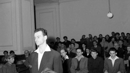 """Budapest, 1957 május 6. eredeti képszöveg: """"Angyal István és ellenforradalmár társainak bűnpere a Fõvárosi Bíróságon. Angyal István elsőrendű vádlott a bíróság előtt."""" Mti Fotó: Vigovszki Ferenc"""