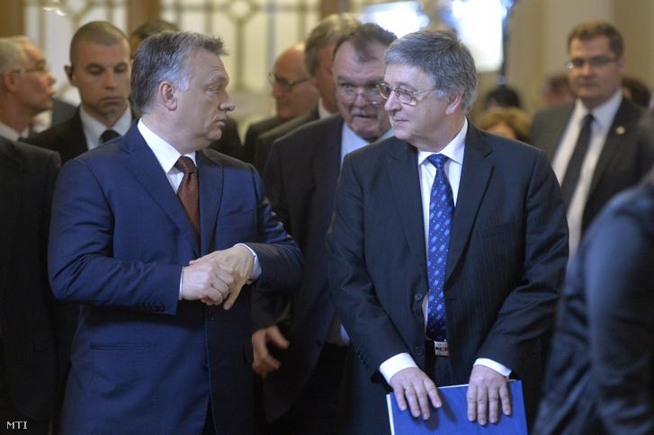 Az Orbán nevű egyén és Lovász László, az MTA elnöke érkezik a Magyar Tudományos Akadémia 187. rendes közgyűlésére az MTA dísztermébe 2016. május 2-án (Fotó: Koszticsák Szilárd / MTI)
