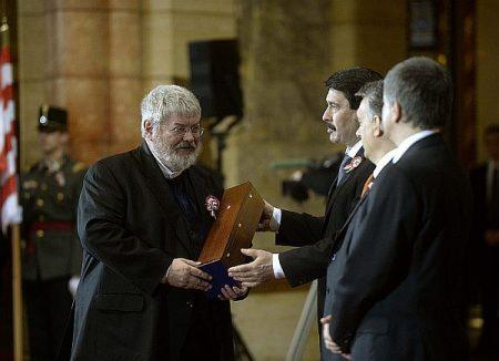 Szőcs Géza a Kossuth-díjával és Áder, Orbán, Kövér (Fotó: MTI)