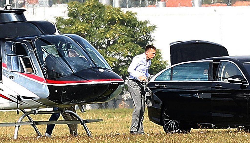 Rogán Antal családja leszáll a Bell 206-os típusú helikopterrel és átcuccol a helikopter mellé parkolt csúcskategóriás Mercedesbe (Fotó: Mediaworks via nol.hu)