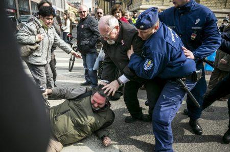 Egy magát újságírónak mondó, videokamerázó férfival (b) dulakodik egy másik az 1848-49-es forradalom és szabadságharc kitörésének 167. évfordulóján rendezett állami ünnepség után Budapesten, a Múzeum körúton 2015. március 15-én. (MTI Fotó: Mohai Balázs)