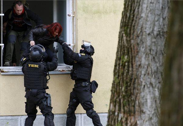 A kép nem függ össze a cikkel, csak megtetszett :) A TEK ma tússzabadításosat játszott Szolnokon. MTI Fotó: Bugány János