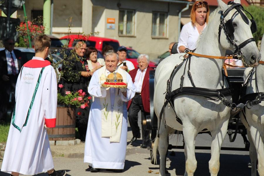 Szent Korona Ünnep Ipolybalogon - György Ferenc plébános az ereklyével (Fotó: Felvidek.ma)