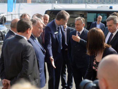 Klaus Mangold (b) német üzletember, Orbán Viktor és Günther Oettinger (j) német EU-biztos Budapesten 2016 májusában (Fotó: hungarianspectrum.org)