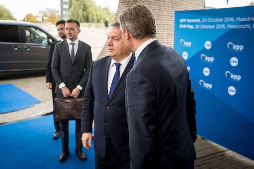 Orbán táskás embere Maastrichtban, október 20-án. (MTI Fotó: Miniszterelnöki Sajtóiroda/Botár Gergely)