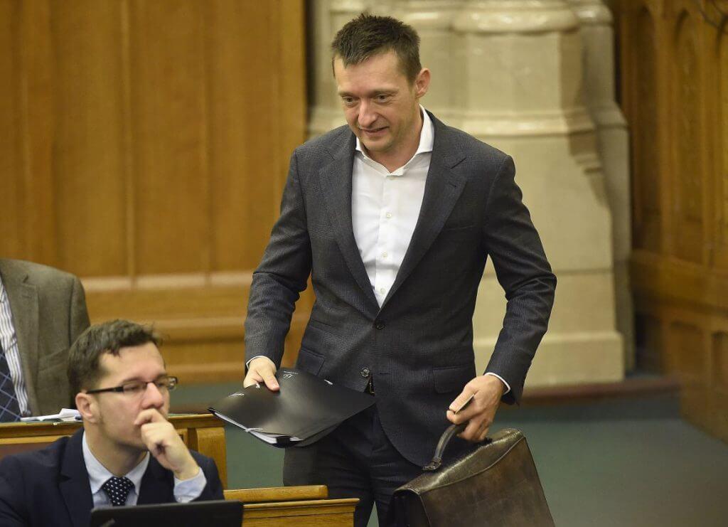 Rogán a zacis táskával (MTI Fotó: Kovács Tamás)