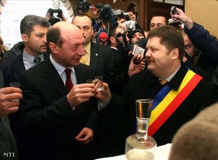 Băsescu államelnök és Szász Jenő székelyudvarhelyi polgármester koccint 2006. március 15-én