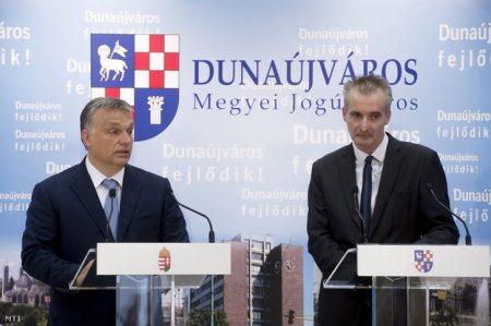 Orbán Viktor és Cserna Gábor polgármester (Fotó: Koszticsák Szilárd / MTI)