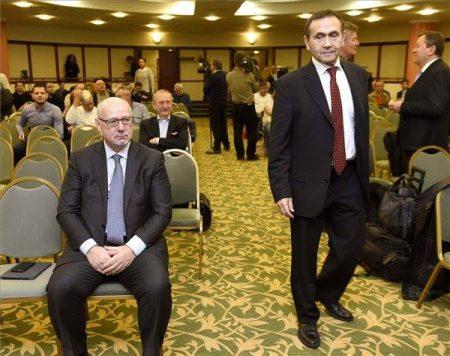 A Magyar Úszó Szövetség leköszönő elnöke, Gyárfás Tamás és ma megválasztott elnöke, Bienerth Gusztáv (Fotó: MTI/Bruzák Noémi)