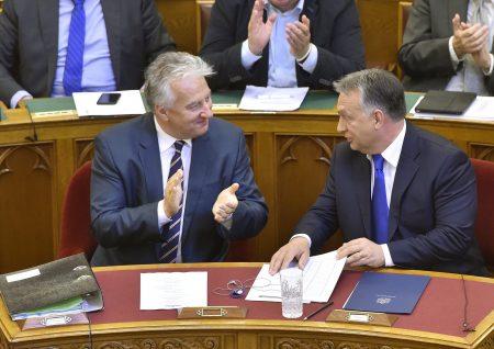 Az Orbán nevű Viktor és Semjén, a legszervilisebb magyarok egyike, főállásban Orbán-helyettes a parlamentben 2016. október 3-án, a dicsőséges, 98%-os népszavazás másnapján (MTI Fotó: Máthé Zoltán)