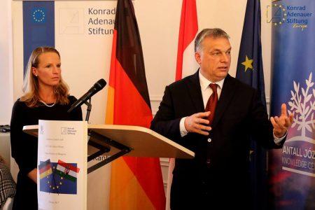 Orbán január 26-án Brüsszelben az Antall József Tudásközpont és a Konrad-Adenauer-Stiftung közös rendezvényén. A politikamentesség jegyében (Fotó: Facebook/AJTK)