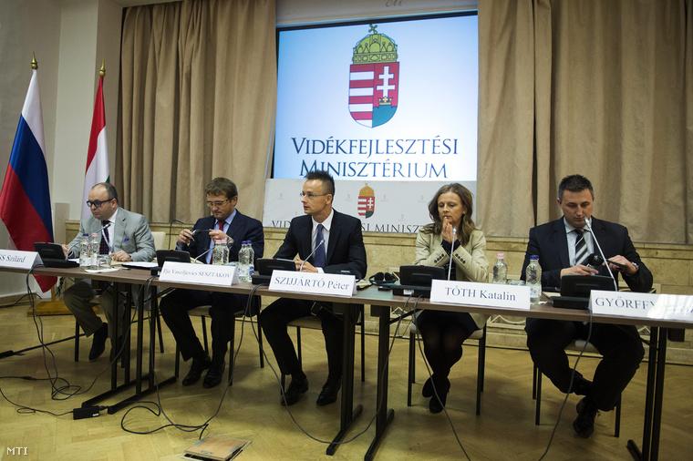 Kiss Szilárd egykori moszkvai mezőgazdasági attasé Szijjártó Péterrel egy csoportképen a Vidékfejlesztési Minisztériumban megrendezett magyar-orosz mezőgazdasági üzleti fórum megnyitóján 2013. szeptember 17-én. (Fotó: Koszticsák Szilárd / MTI)