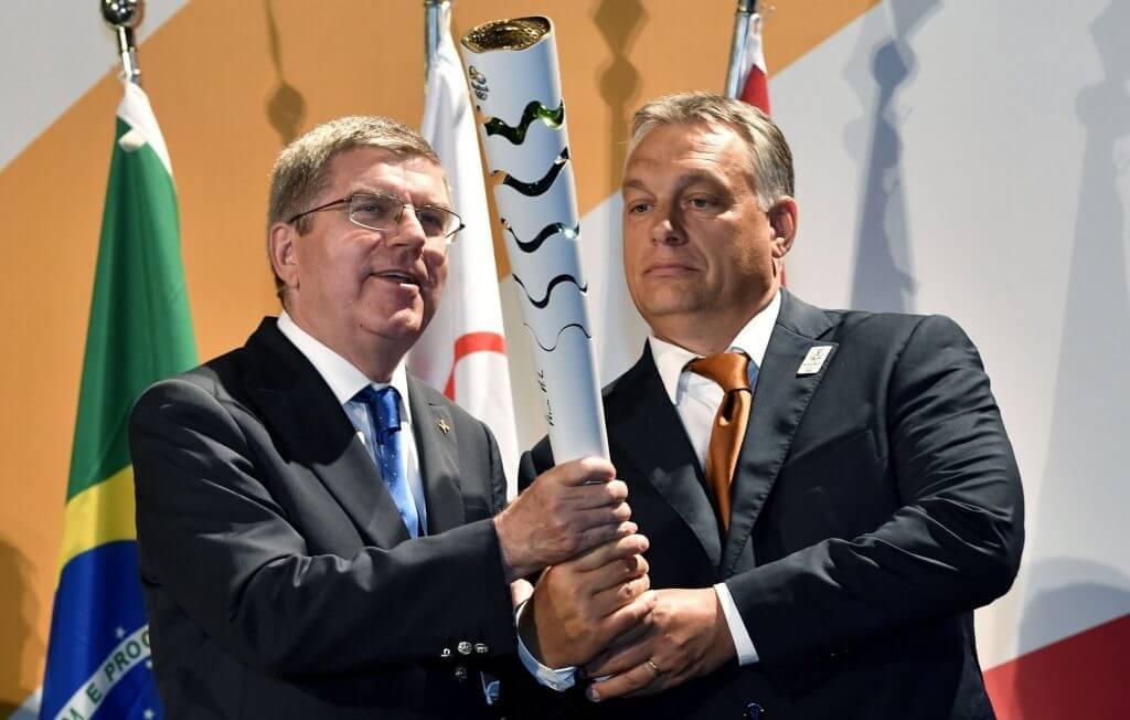 Thomas Bach, a Nemzetközi Olimpiai Bizottság elnöke egy olimpiai fáklyát ajándékoz Orbán Viktornak az államalapítás ünnepe alkalmából (Fotó: MTI/Illyés Tibor)