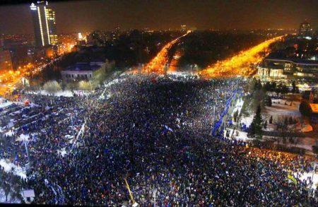 Február 1., Bukarest. Több tízezer ember tüntet a kormány épülete előtt (Fotó: Twitter/Emanuel Rosu)