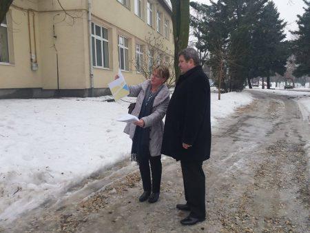Tállai András Hejőkeresztúron néz okosan egy papírdarabot, miközben az újságírók Sajóhídvégen várták. Forrás: Facebook/Tállai András