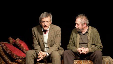 Jordán Tamás színművész, a Weöres Sándor Színház alapító igazgatója a színpadon fiatalabb kollégájával és barátjával, Alföldi Róberttel (Fotó: MTI/Kallos Bea)
