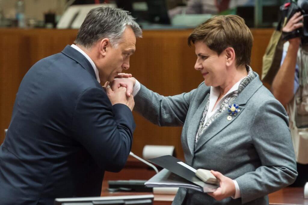 Orbán Viktor és Beata Szydlo egy 2015-ös brüsszeli csúcson. (MTI Fotó/ Miniszterelnöki Sajtóiroda/ Botár Gergely)