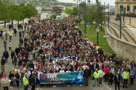 Budapest, 2017. április 16. Az Élet menetének résztvevõi vonulnak az id. Antall József rakparton 2017. április 16-án. A holokauszt áldozataira emlékezõ emléksétát tizenötödik alkalommal rendezték meg. MTI Fotó: Kallos Bea