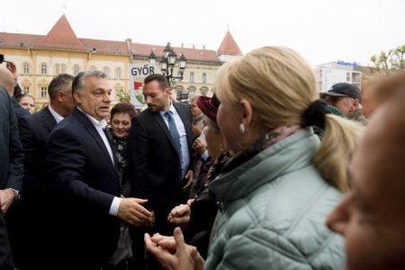 A miniszterelnök urat rajongói fogadják Győrben (Forrás: MTI/Koszticsák Szilárd)