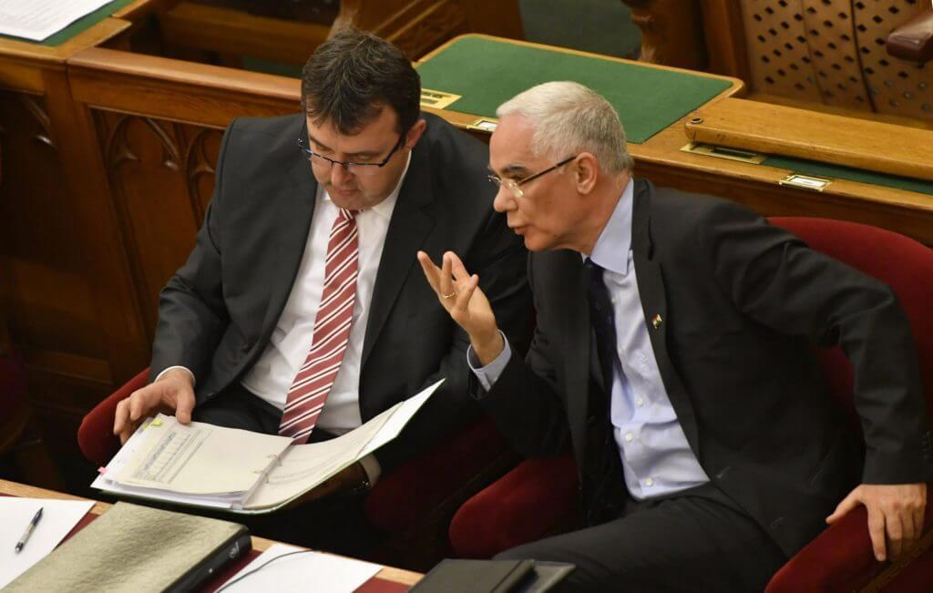 Palkovics államtitkár és Balog miniszter a CEU-ról szóló szavazás napján (Illyés Tibor/MTI)