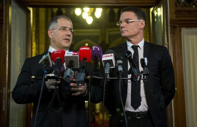 Kósa Lajos, a Fidesz frakcióvezetője és Bánki Erik, a gazdasági bizottság fideszes elnöke sajtótájékoztatón magyarázza a közpénz jellegét. (Forrás: MTI/Illyés Tibor)