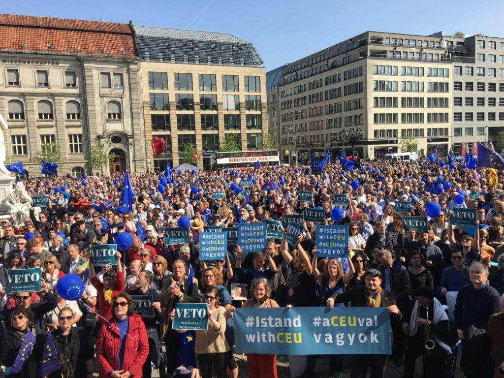 Ennyien voltak vasárnap 14 órakor Berlinben a CEU melletti tüntetésen (Fotó: IstandwithCEU/ Twitter)