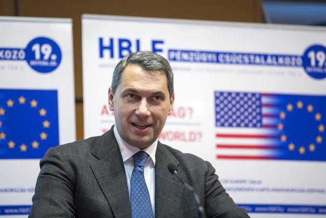 Lázár János a HBLF konferenciáján. Ahol ott is volt, meg nem is (Fotó: MTI/Mohai Balázs)