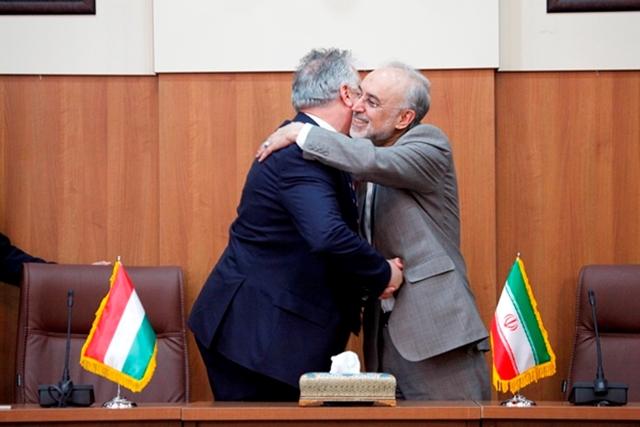 Semjén Zsolt összeborult Ali Akbár Szálehivel, az iráni atomenergetikai szervezet vezetőjével (Fotó: aeoi.org.ir)