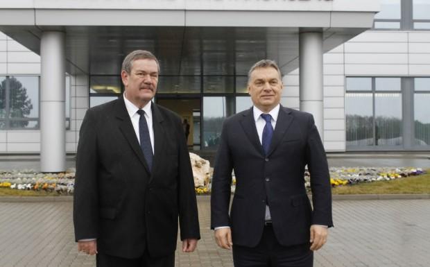 Orbán Viktor és Galambos Dénes a Hankook abroncsgyár előtt (Fotó: MTI/Kovács Attila)