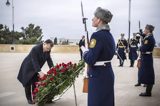 Itt az azeri államfő apja, Hejdar Alijev könyörtelen, véreskezű kommunista diktátor emléke előtt tiszteleg a miniszterek elnöke 2016. márciusában (Fotó: Szecsődi Balázs/Miniszterelnöki Sajtóiroda)