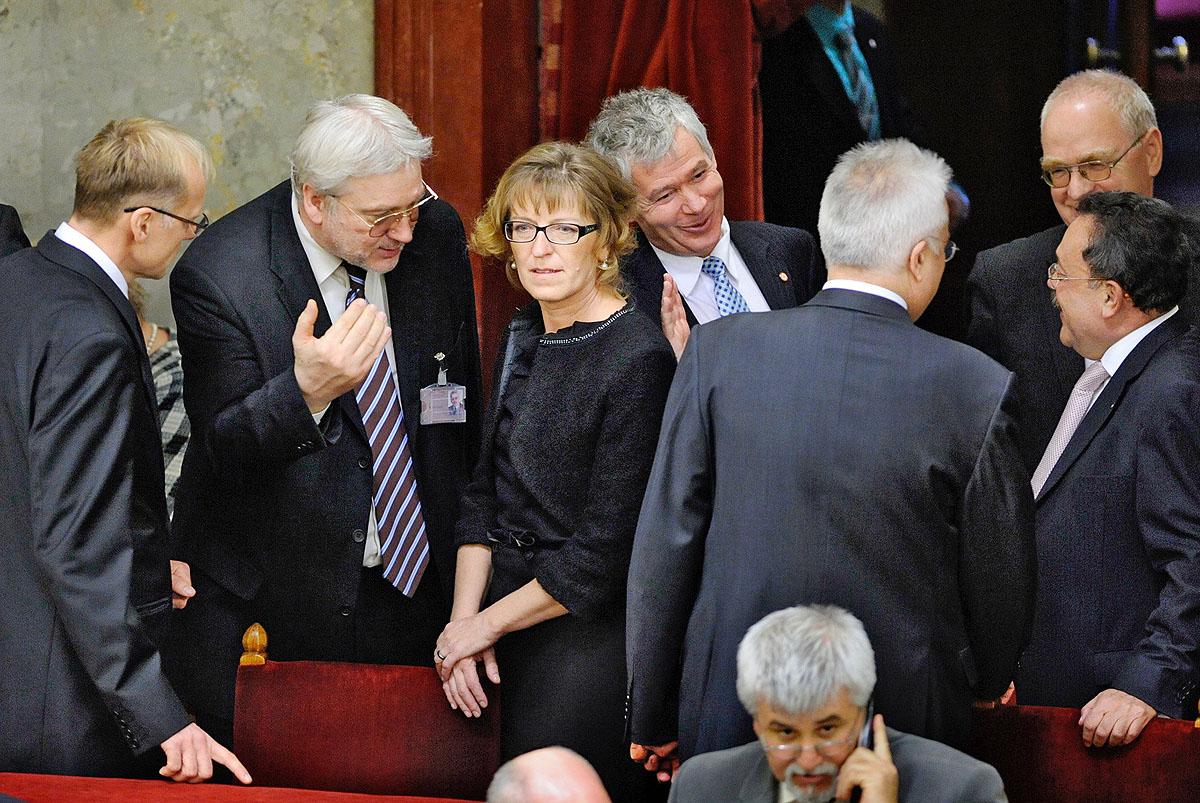 Középen, fej fej mellett Handó Tünde, az Országos Bírói Hivatal elnöke és Polt Péter, legfőbb ügyésznek csúfolt elsikálóművész (Fotó forrása: nol.hu)