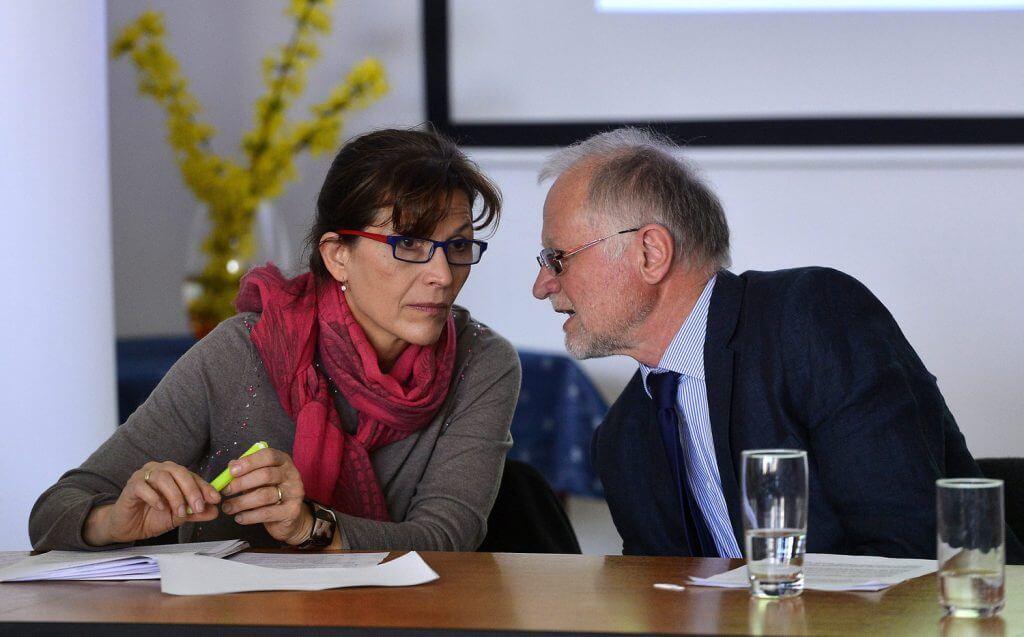Lévai Anikó, az Ökumenikus Segélyszervezet jószolgálati nagykövete és Lehel László önmagát felfüggesztett elnök-igazgató (Fotó: via Index)