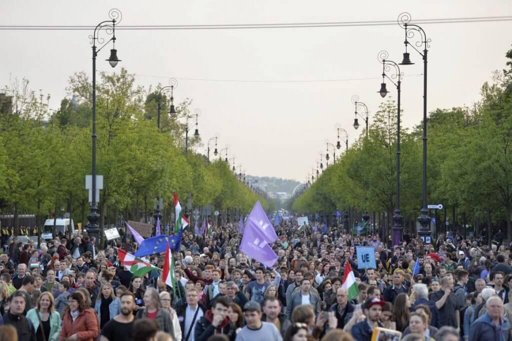 Résztvevők vonulnak a Momentum Mozgalom Európához tartozunk! címmel meghirdetett demonstrációján a Hősök terére (Fotó: Balogh Zoltán/MTI)