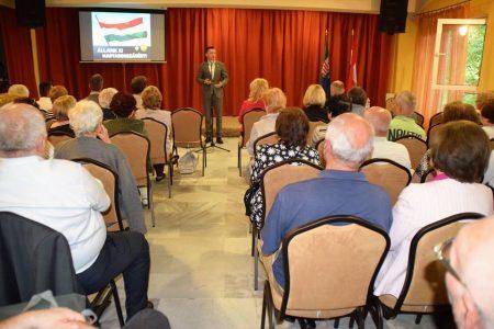 Rogán Antal szónokol a Fidesz belterjes lakossági fórumán (Fotó: Facebook/Dunai Mónika)