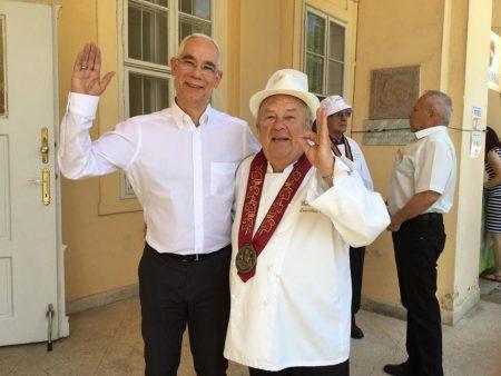 Balog semmihez nem értő miniszter és mindenki Benke Laci bácsija a XIX. karcagi birkafőző fesztiválon (Fotó: Facebook/Balog Zoltán)
