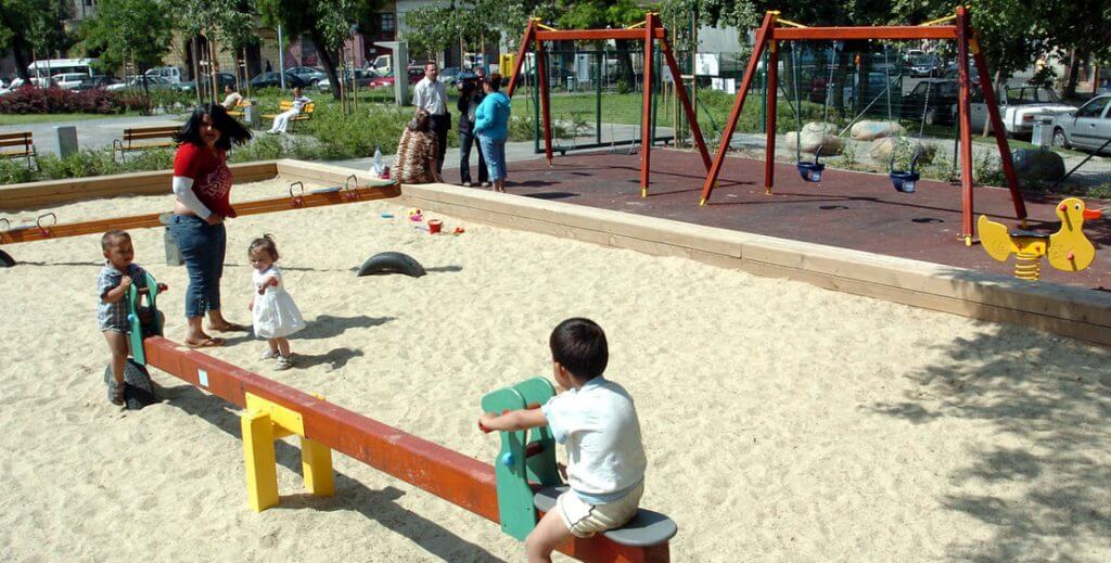 Gyerekek játszanak a VIII. kerületi Mátyás téri játszótéren. (Fotó: Soós Lajos/MTI)
