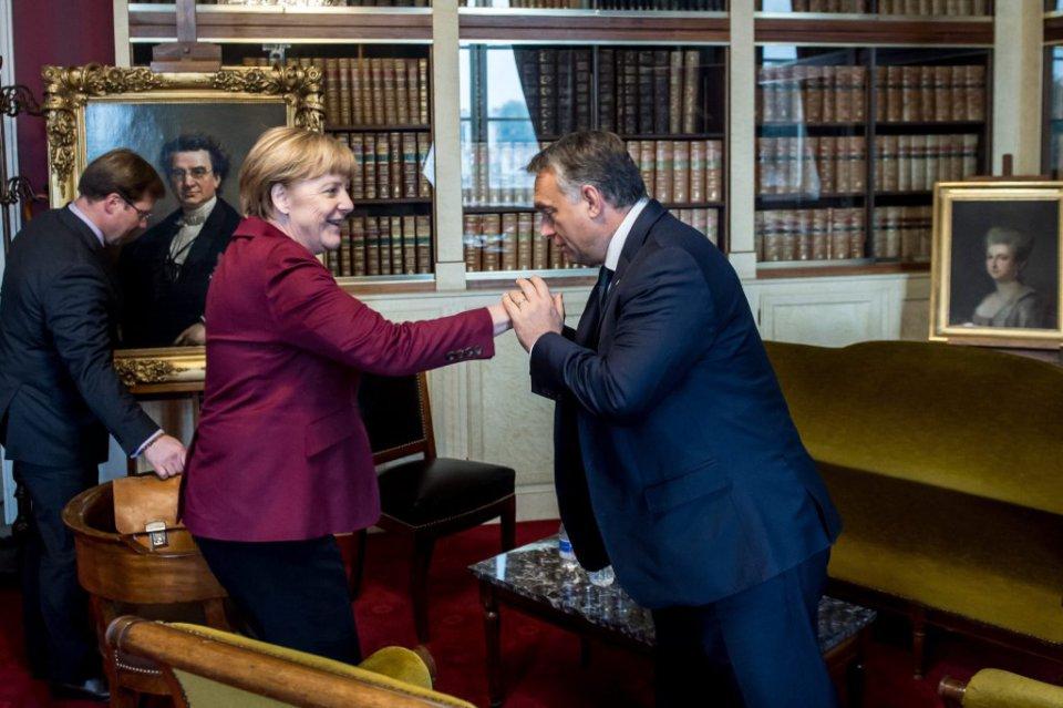 Innen szép Angela Merkel győzelméért imádkozni