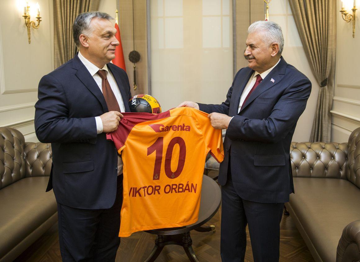 Binaldi Yildirim török miniszterelnök egy névre szóló, 10-es számú, a csapat tagjai által dedikált Galatasaray-mezt ajándékoz Magyarország futballmániás miniszterelnökének (Fotó: Ali Balikci/Anadolu Agency/AFP)