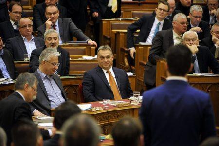 Vona beszél, Orbán vigyorog (Fotó: MTI/Kovács Attila)