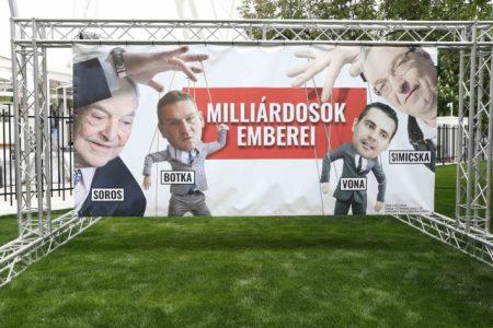 Mer' az ellenzék kezdte a kormány lejáratását és a csúnya, hazug plakátok kihelyezését, ja (Fotó forrás: Fidelitas/MTI)