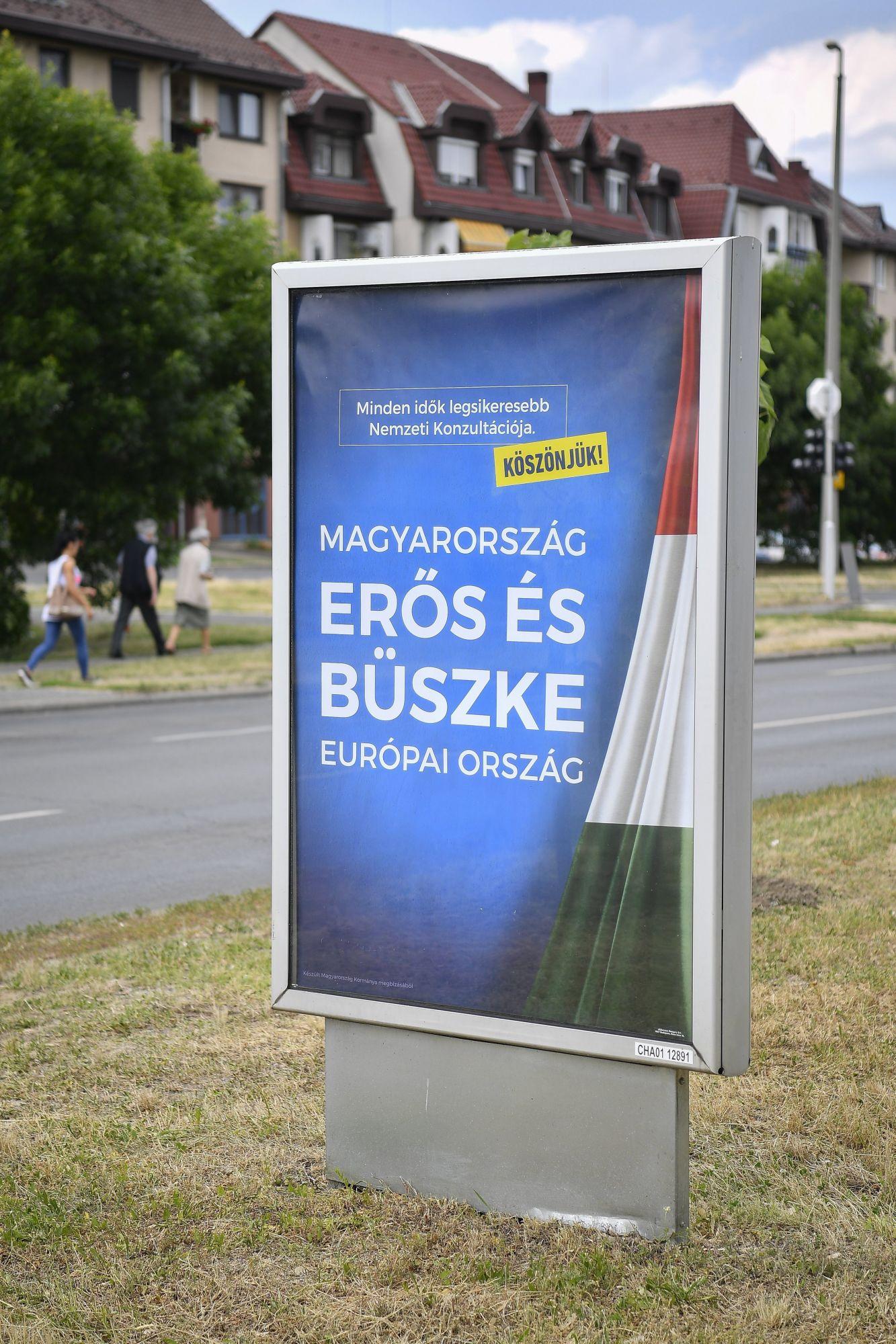 A kormány plakátja Debrecenben 2017. június 5-én (Fotó: Czeglédi Zsolt/MTI/MTVA)