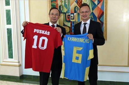 Kajrat Abdrakhmanov kazah külügyminiszter és Szijjártó Péter külgazdasági és külügyminiszter Asztanában (Fotó: KKM/MTI/MTVA)