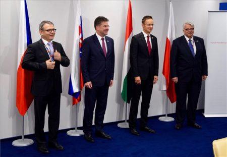 Lubomír Zaoralek cseh, Miroslav Lajcák szlovák, Szijjártó és Witold Waszczykowski lengyel külügyminiszter a NATO-tagállamok varsói csúcstalálkozóján 2016. július 9-én. (MTI Fotó: KKM / Szabó Árpád)