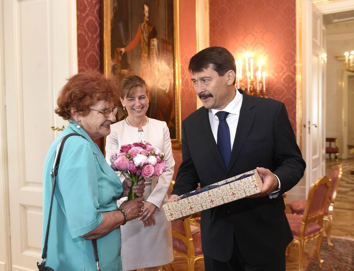 Bajszos János államelnök ajándékot ad át Wittner Mária véresszájú '56-os hősnek, akit tiszteletvacsorán lát vendégül 80. születésnapja alkalmából a Sándor-palotában 2017. június 9-én. Középen Herczegh Anita, államelnöki feleség. (MTI Fotó: Bruzák Noémi)