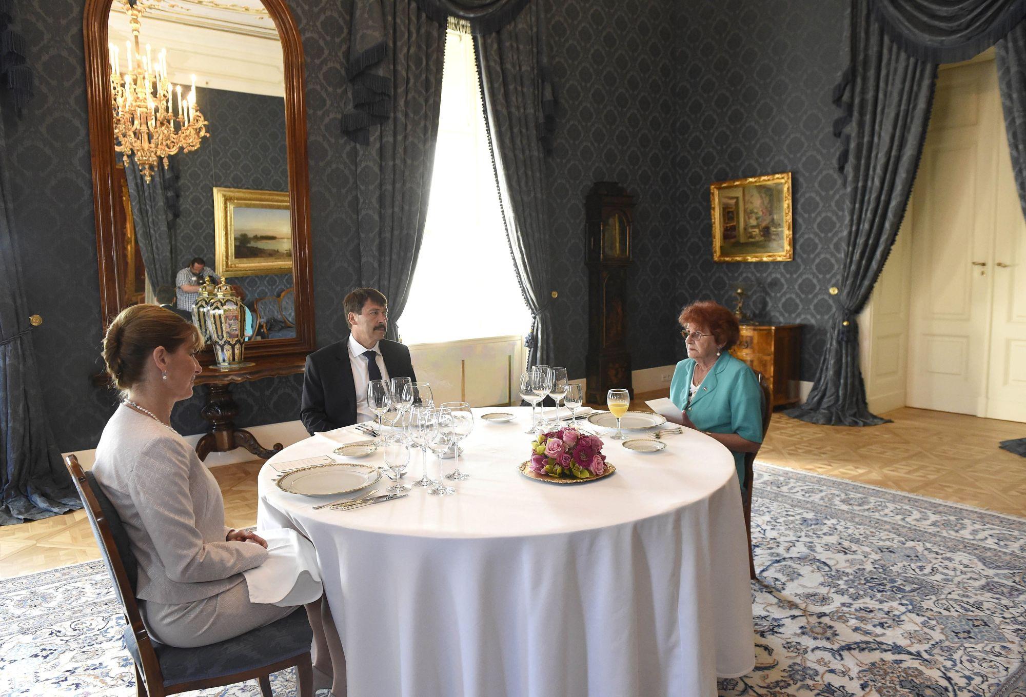 Bajszos János köztársasági elnök tiszteletvacsorán látja vendégül Wittner Máriát, a tükörben befigyel egy ünnepi kockásingbe bújt operatőr (MTI Fotó: Bruzák Noémi)