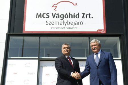 Orbán Viktor és Csányi Sándor, az OTP Bank elnök-vezérigazgatója, a Bonafarm csoport tulajdonosa az MCS Vágóhíd Zrt. mohácsi üzemének megnyitóján 2017. április 25-én. A vágóhíd a Bonafarm Csoport stratégiai partnere, egyben a csoporthoz tartozó Pick Szeged Zrt. alapanyag-beszállítója. (MTI Fotó: Koszticsák Szilárd)