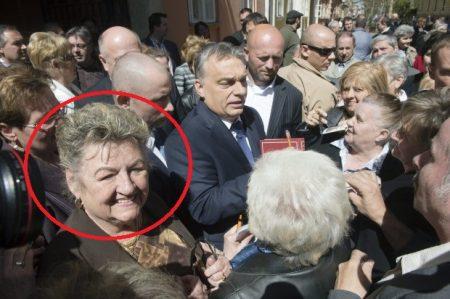 Lelkes nyugdíjasok várták Orbán Viktor fénylő csillagot 2015 áprilisában Miskolcon (Fotó: MTI/hirado.hu)