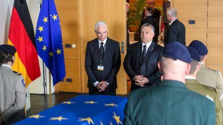 Balog és Orbán lerója kegyeletét Helmut Kohl egykori német kancellár uniós zászlóval letakart koporsójánál az Európai Parlament strasbourgi székházában tartott gyászszertartáson 2017. július 1-jén.(Fotó: MTI/EPA/Európai Parlament)