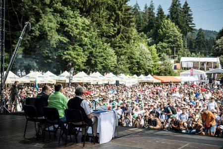 Rajongók körében, Tusványoson (Fotó: Facebook/Orbán Viktor)