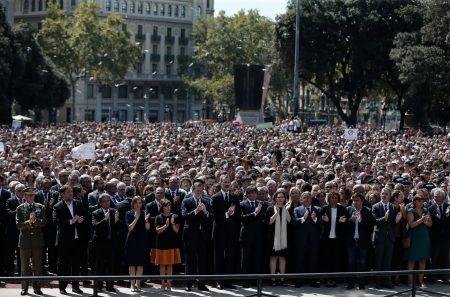 Barcelonában a város főterén, a Placa Catalunyán emlékeztek a szerdai terrortámadás áldozataira (Fotó: Burak Akbulut/Anadolu Agency)